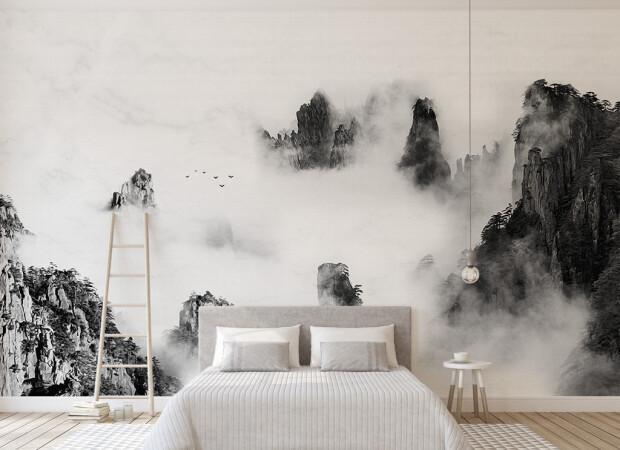 Вершины черных гор в облаке