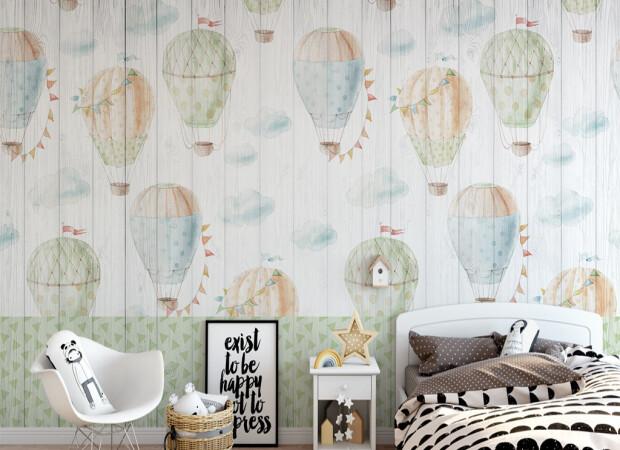 Воздушные шары на деревянном фоне