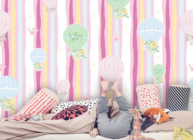 Воздушные шары на полосатом фоне