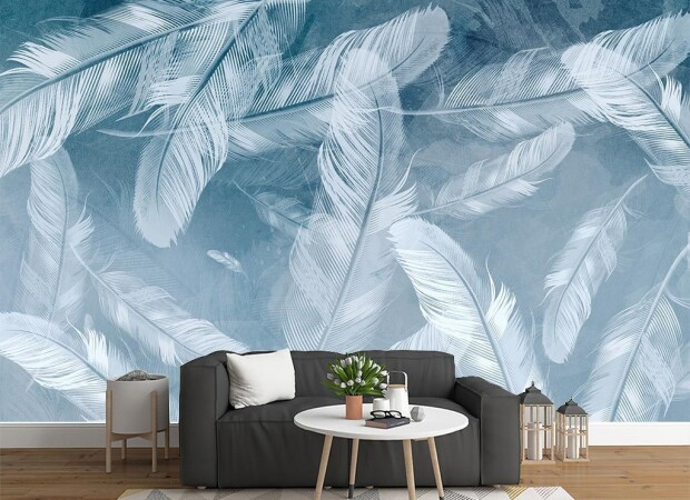 Парящие перья на голубом фоне